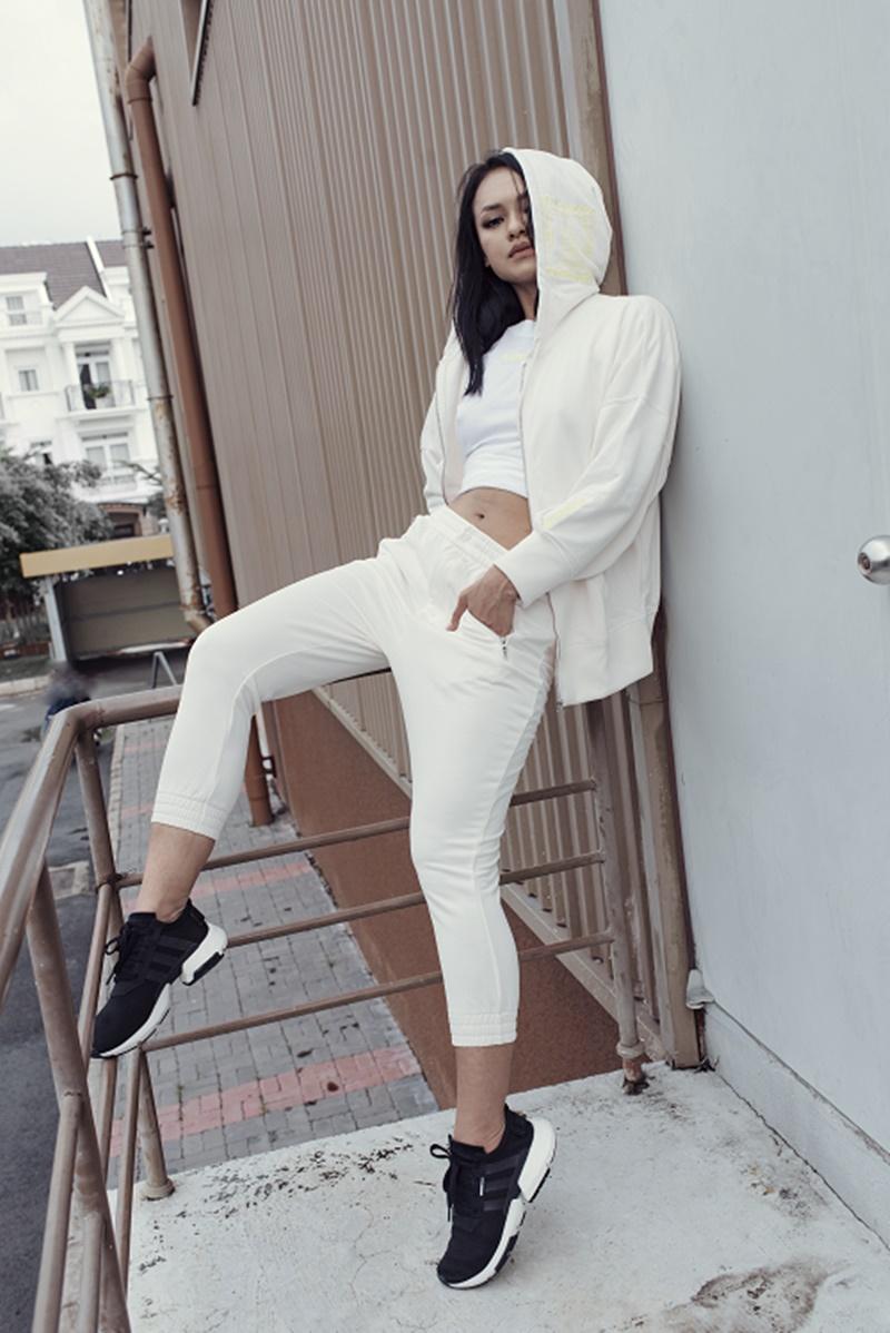 """Chỉ với """"đề bài"""" là phong cách thể thao nhưng Mai Ngô cũng khéo léo biến hóa phong phú với nhiều trang phục khác nhau."""