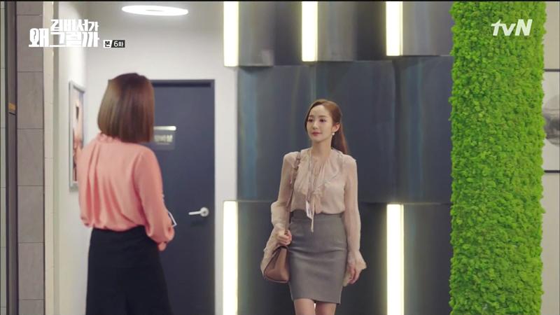 Phong cách công sở thanh lịch vạn-người-mê đã giúp Thư ký Kim luôn nổi bật mỗi khi xuất hiện.