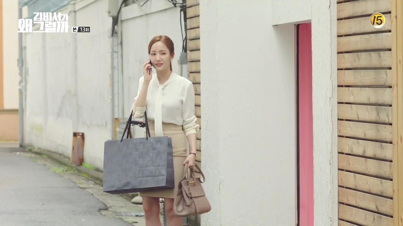Trong phân cảnh này, Thư ký Kim Min Soo xách chiếc túi Studio Bag của Salvatore Ferragamo. Tông màu nhã nhặn của túi xách tiệp màu với chân váy bút chì của Thư ký Kim, cũng là một bí quyết phối đồ công sở tinh tế mà ai cũng có thể học hỏi.