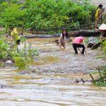 Trẻ em vẫn liều mình vớt củi trên dòng nước lũ ở Điện Biên