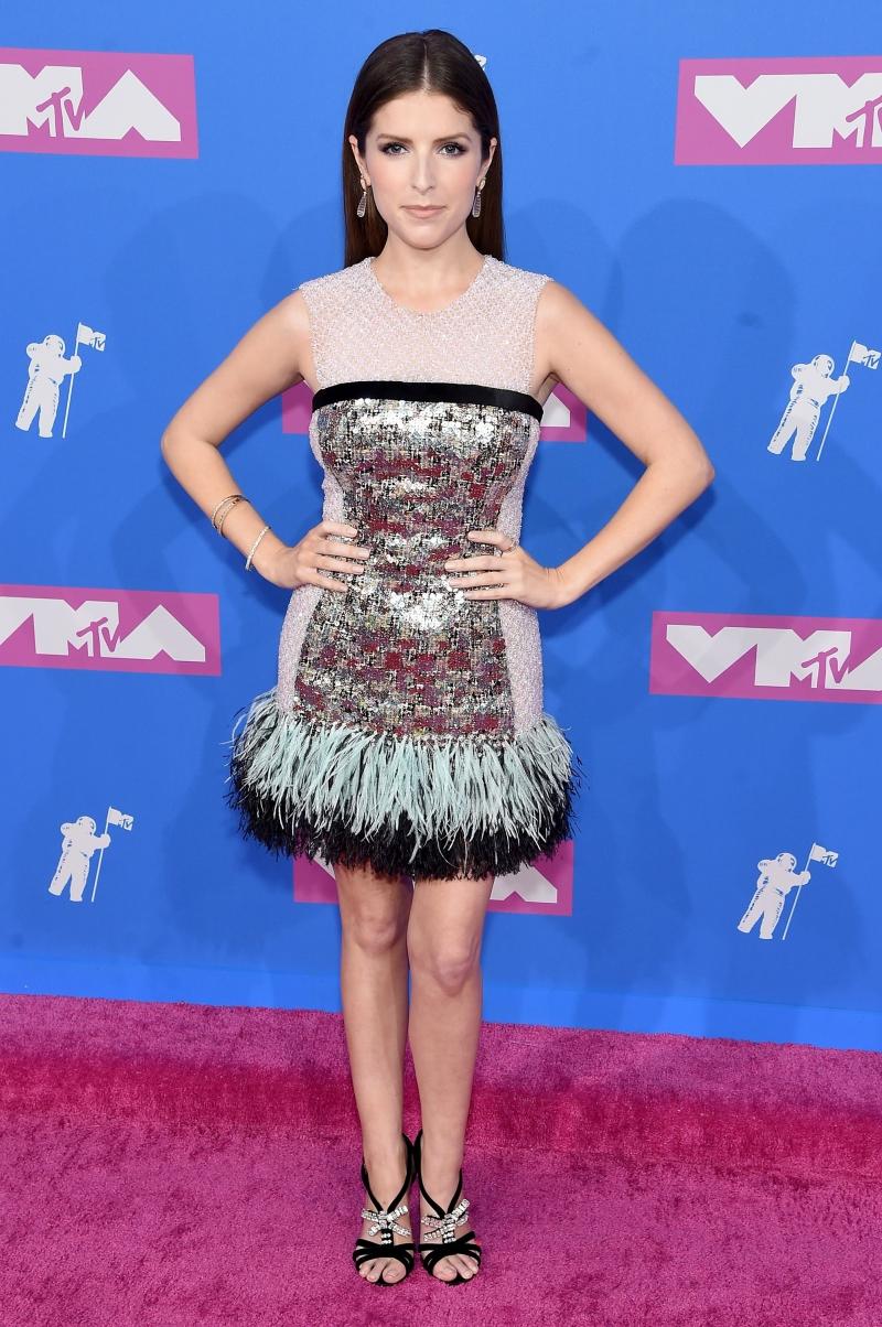 """Bạn diễn của Blake Lively trong bộ phim """"A Simple Favor"""" - Anna Kendrick chọn một thiết kế đầm mini với sự kết hợp chất liệu ánh kim và chất liệu lông đà điểu."""