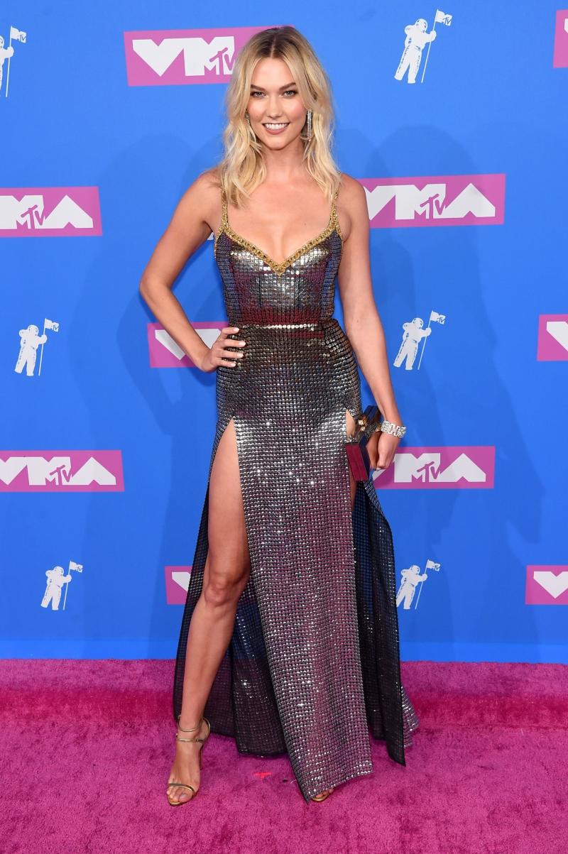 Chân dài mới đính hôn Karlie Kloss rạng rỡ trên thảm hồng VMA 2018 trong thiết kế đầm ánh kim xẻ cao.