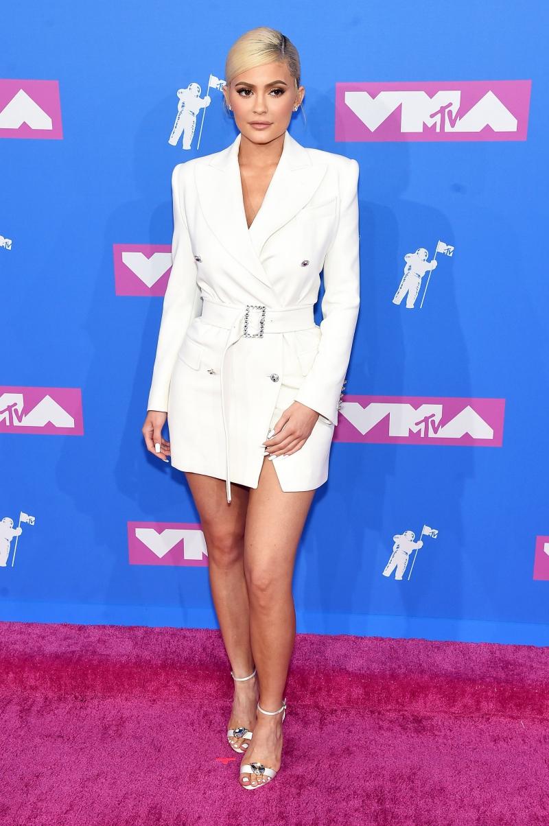 """Kylie Jenner """"đốn tim"""" mọi người với thiết kế áo khoác dáng đầm hết mực thanh lịch."""