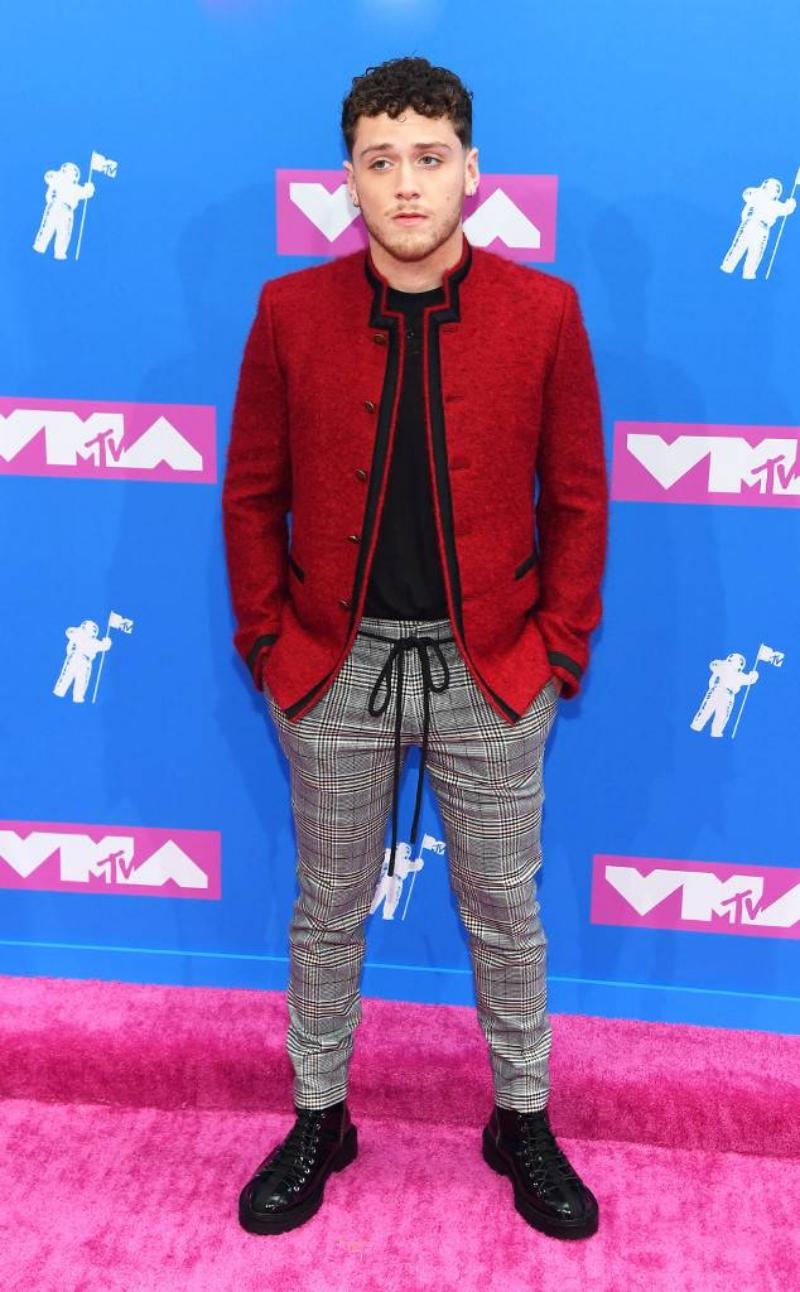 """Ca sĩ Bazzi đình đám với ca khúc """"Beautiful"""" cũng là một khách mời tại VMA 2018."""