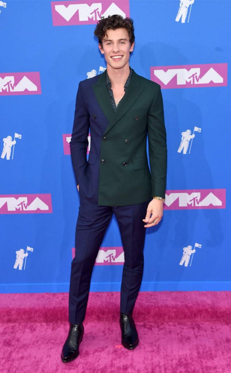 """Shawn Mendes khiến chị em """"ngả nghiêng"""" khi xuất hiện cùng nụ cười tỏa nắng. Chàng ca sĩ 21 tuổi mặc thiết kế suit hai màu độc đáo của Paul Smith."""