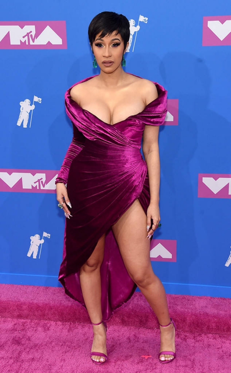 Rapper Cardi B tái xuất sau hơn 1 tháng sinh em bé đầu lòng. Cô mặc đầm trễ vai nhung của Nicolas Jebran.