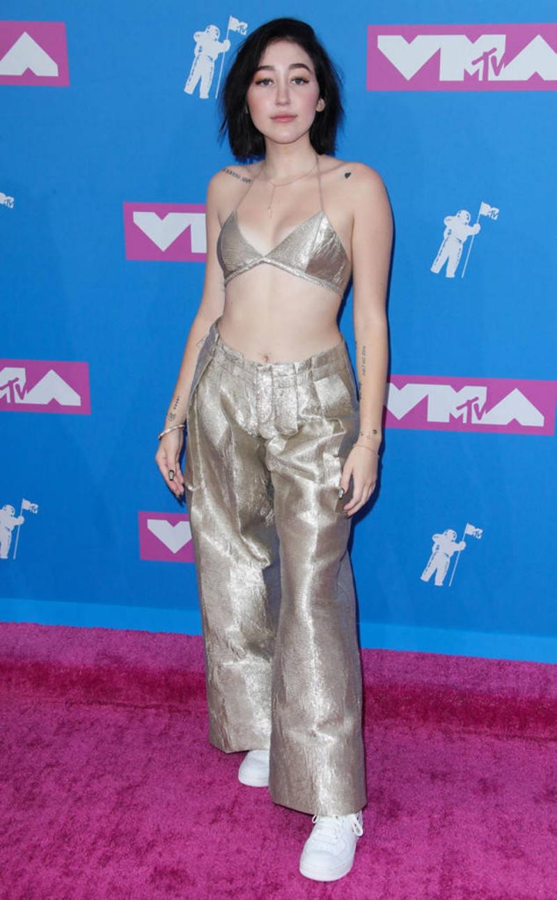 """Noah Cyrus - em gái Miley Cyrus - cũng chọn phong cách ánh kim cho trang phục """"mát mẻ"""" trên thảm hồng VMA 2018."""