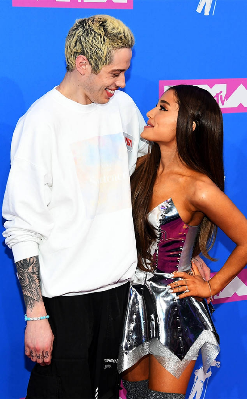 Cặp đôi Pete Davidson và Ariana Grande không thể rời nhau nửa bước trên thảm hồng VMA 2018.