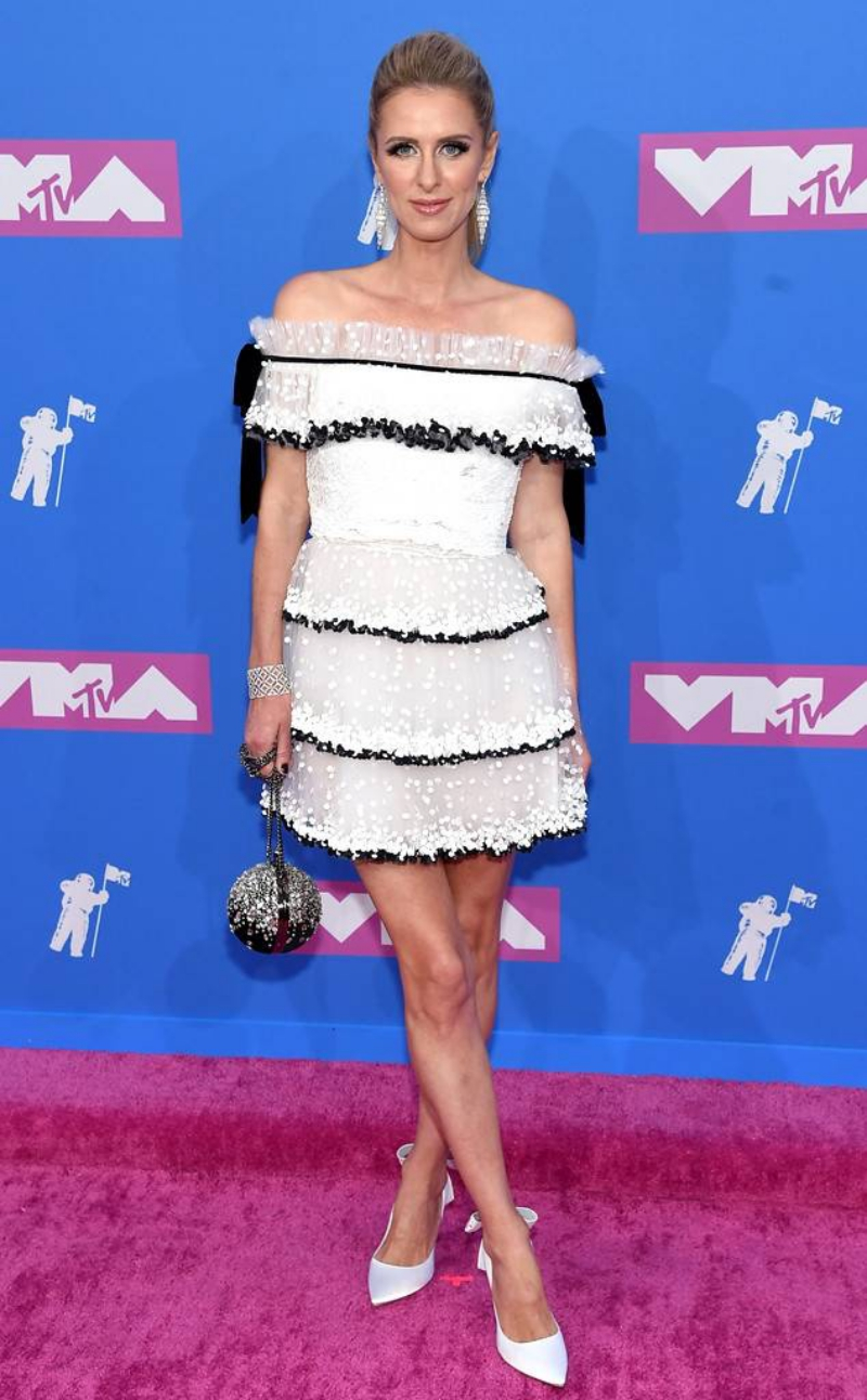 Nicky Hilton sang trọng với đầm trắng trễ vai cùng sắc tay đính đá lấp lánh.