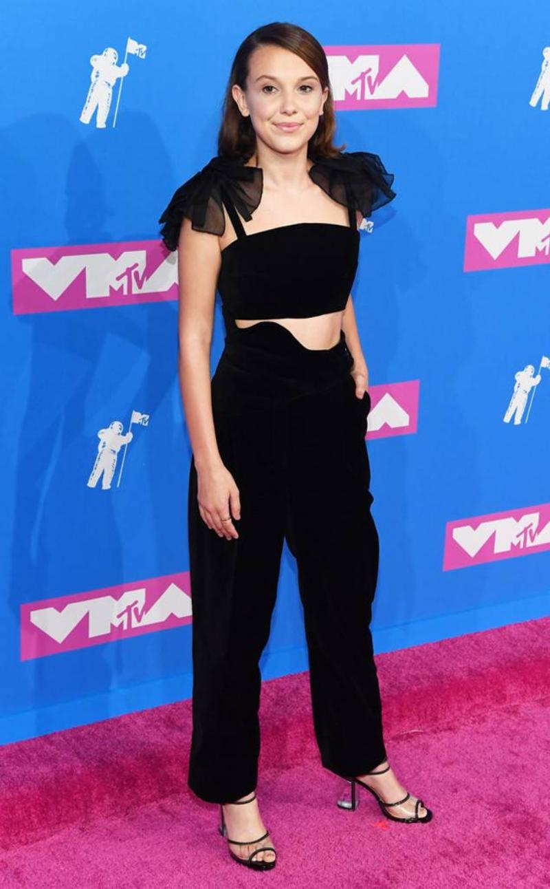 Nữ diễn viên trẻ Millie Bobby Brown tiếp tục khẳng định gu thời trang đẳng cấp của mình với thiết kế đen toàn tập của Rosie Assouli.