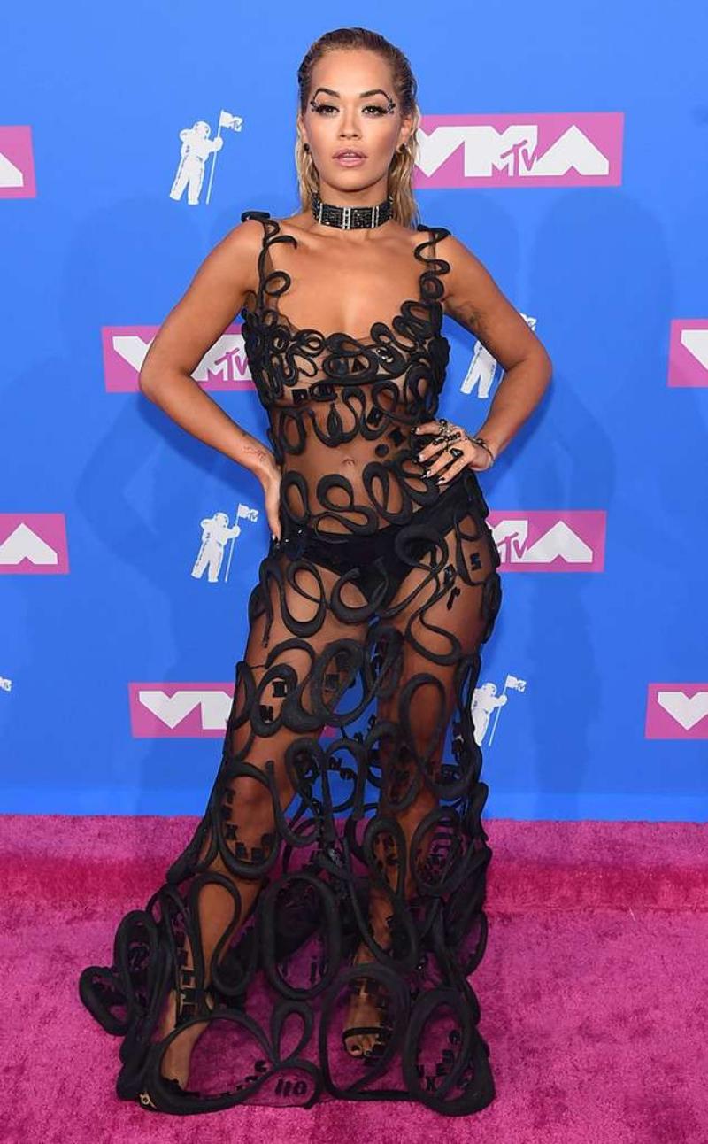 """Rita Ora """"thiêu đốt"""" mọi ánh nhìn với đầm xuyên thấu của Jean Paul Gaultier."""
