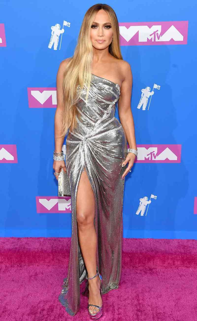 Jennifer Lopez xuất hiện như một nữ thần trong thiết kế đầm lệch vai lấp lánh ánh kim của Versace.