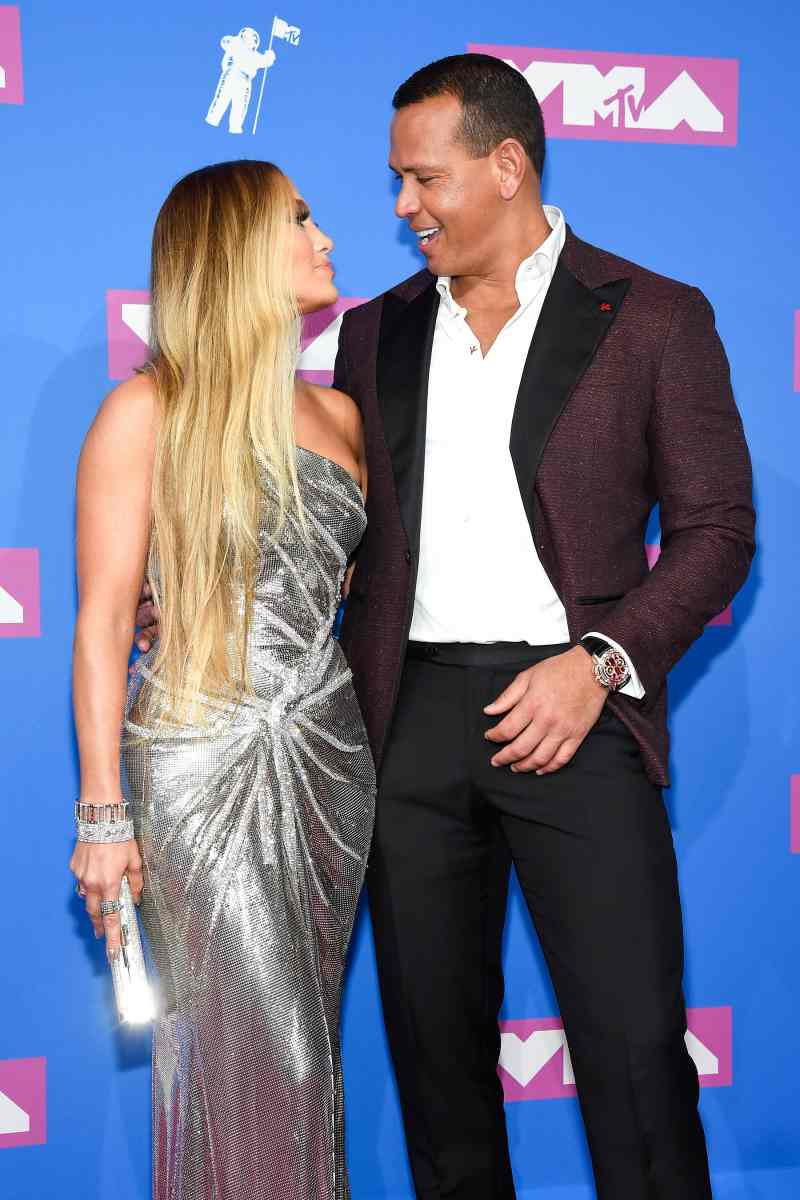 Đây là lần đầu tiên Jennifer Lopez cùng hôn phu Alex Rodriguez cùng nhau xuất hiện tại giải thưởng của MTV.