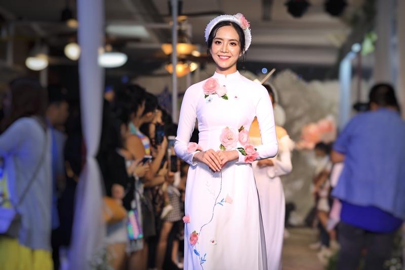 Khép buổi trình diễn áo cưới là BST áo dài cưới của NTK Minh Châu. Nổi bật bởi chấtliệu phối kết giữa trong - đục để tạo nét mới lạ, các phụ liệu dập nổi 3D. Họa tiết trên toàn bộ áo làm từng hạt, đính bằng tay tôn nét sang trọng và thanh lịch vốn có của người phụ nữ Việt Nam.