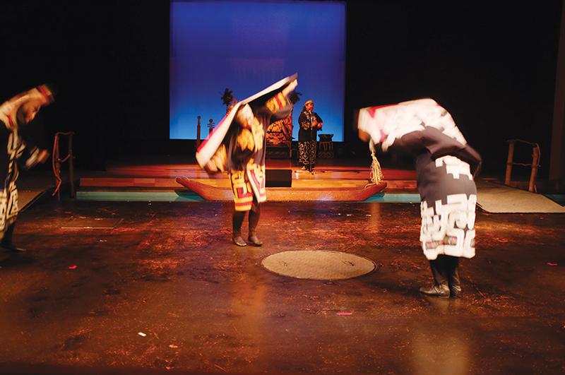 Điệu múa hạc truyền thống của người Ainu.