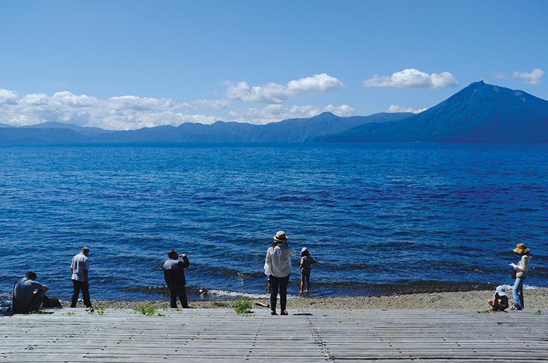 Du khách ngắm cảnh bên hồ.