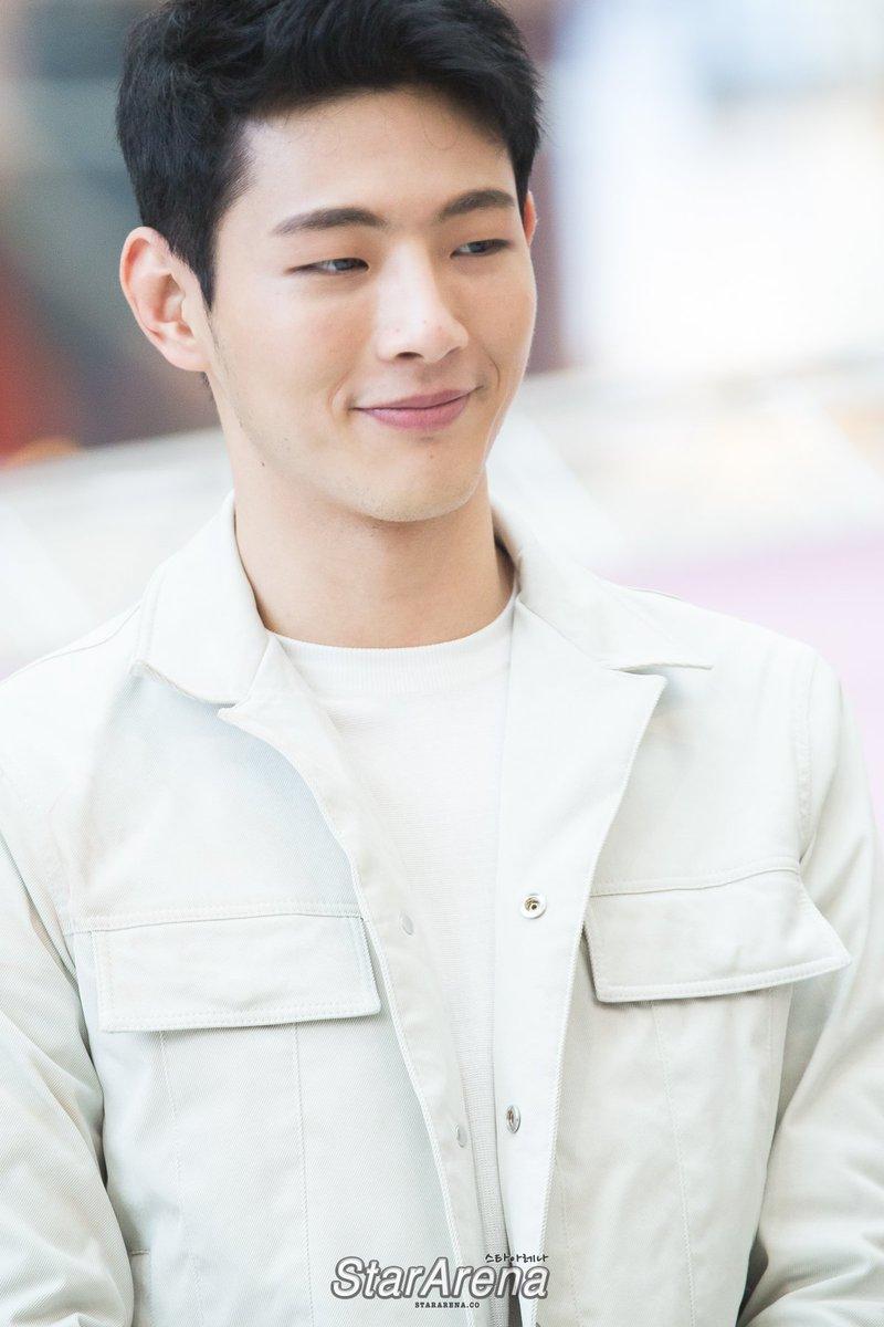 Ji Soo sở hữu ngoại hình nam tính và có diễn xuất thực lực, song anh vẫn loay hoay trên con đường sự nghiệp suốt gần 10 năm vì chưa từng đóng chính.