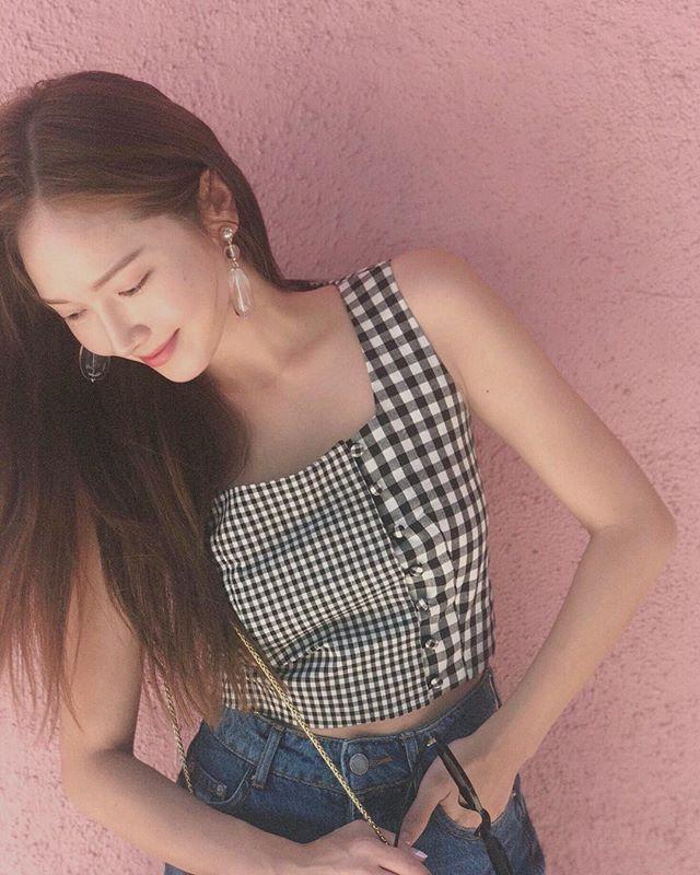 Park Min Young tươi trẻ với áo crop-top 2 dây, kẻ sọc caro với điểm nhấn là phần cắt ráp đầy ngẫu hứng giữa họa tiết bản to và bản nhỏ.