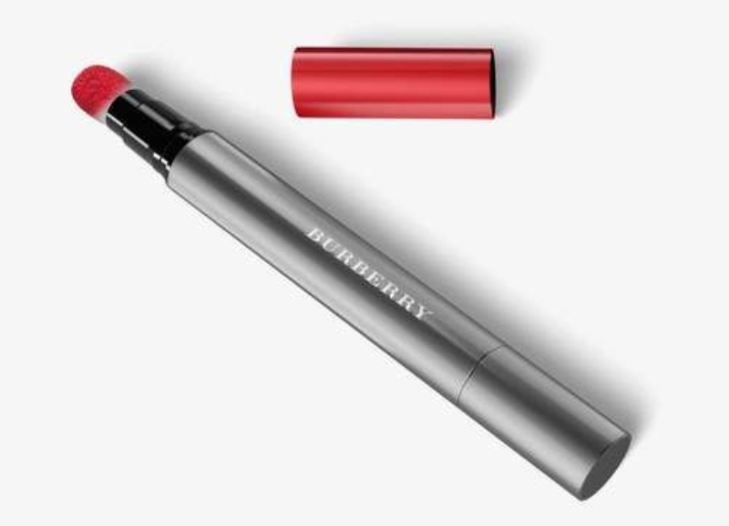 Thiết kế đầu bông của Burberry Lip Velvet Crush rất phù hợp để đánh son lòng môi