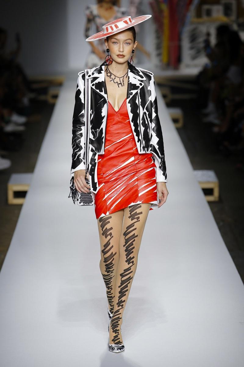 Trong show diễn năm nay, Gigi cũng góp mặt trong một thiết kế cá tính với váy liền phối cùng áo blazer phom lửng.