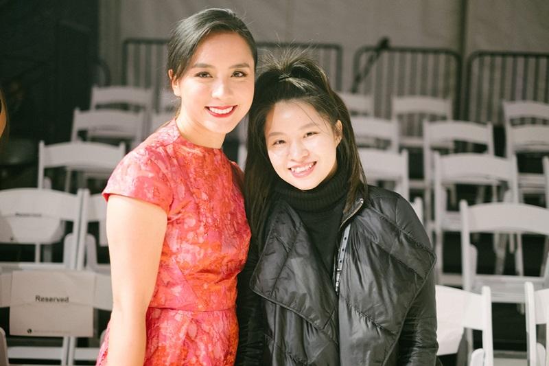 Á hậu Dương Trương Thiên Lý (trái) cũng có mặt tại Vancouver để tham dự show diễn ra mắt BST mới của NTK Phương My (phải).
