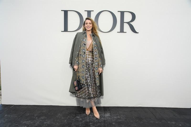 Nữ diễn viên Blake Lively nổi bật với bộ váy có phần lưới ánh kim bắt mắt nằm trong BST Thu Đông 2018 của Dior, cùng chiếc áo trench coat tông màu beige khoác ngoài vô cùng thanh lịch.
