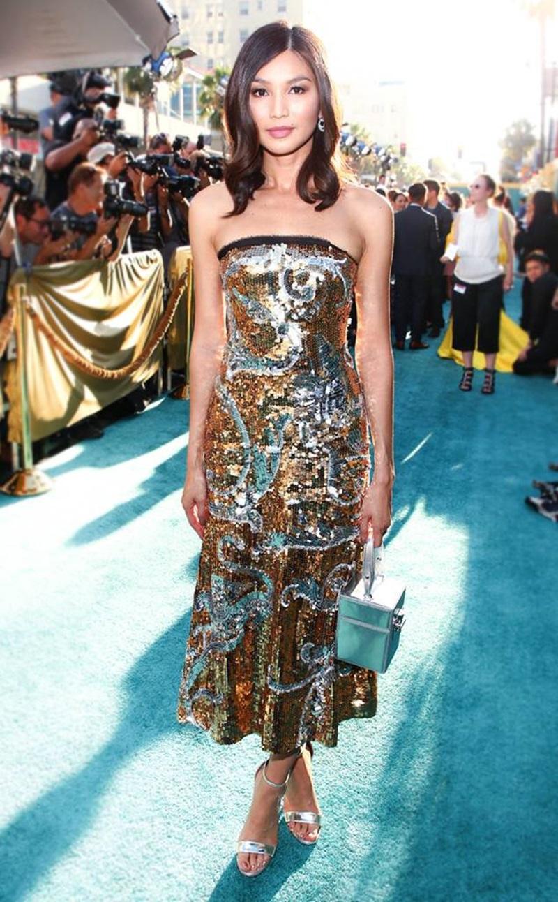 """Bộ váy sequin đẹp như một bức tranh sơn mài đến từ nhà mốt Oscar de la Renta được Gemma diện trong buổi họp báo công chiếu phim """"Crazy Rich Asians""""."""