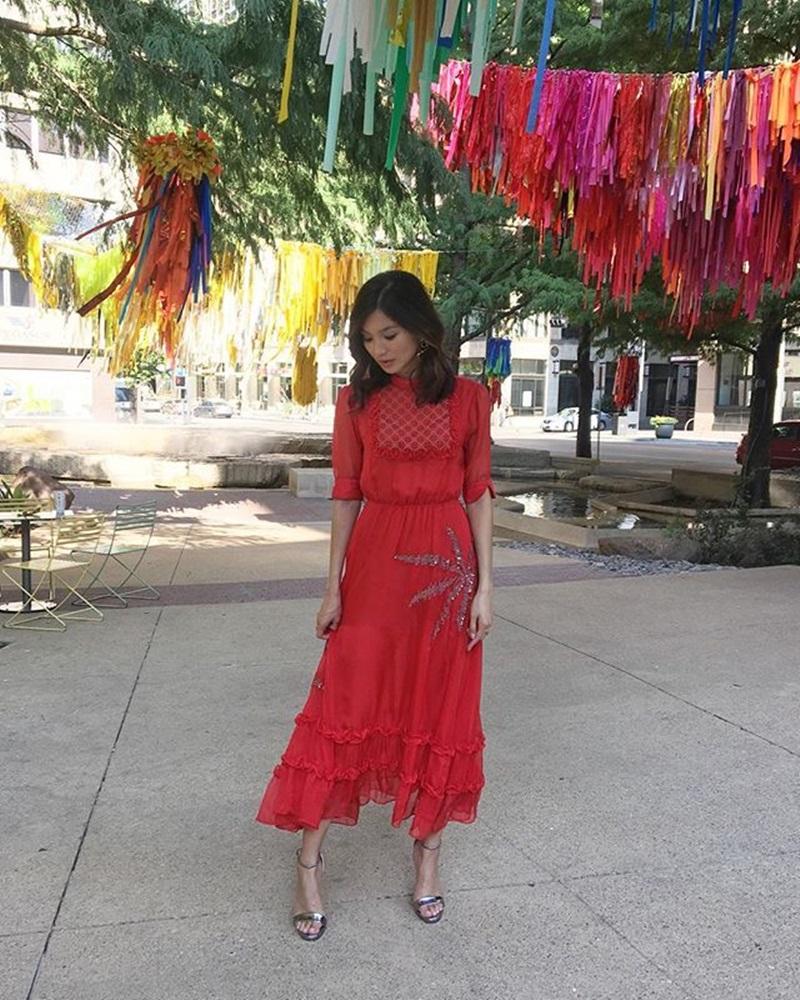 Tông màu may mắn quen thuộc của người châu Á cũng được Gemma ứng dụng khi diện thiết kế của NTK Dodo Bar Or, với kiểu váy dài, tay phồng và chân váy xếp tầng.