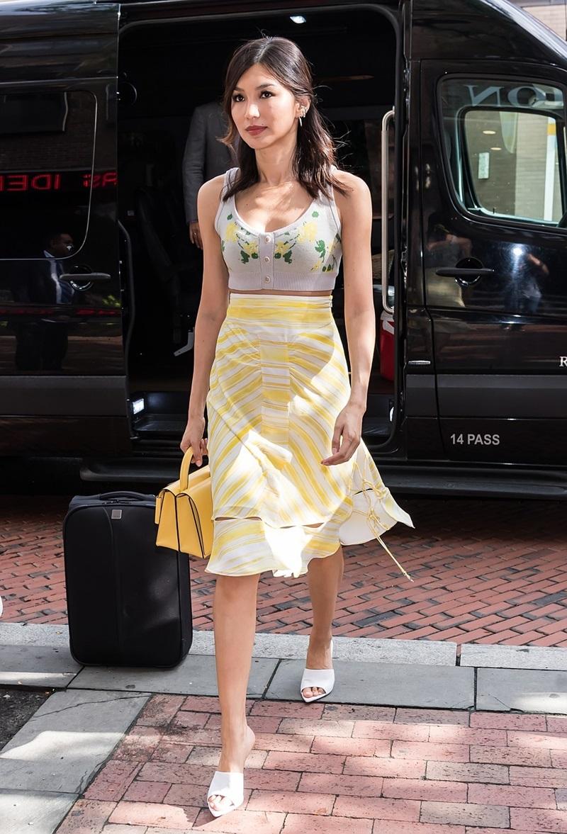 """Ngoài phong cách quý phái trên thảm đỏ, Gemma Chan còn được biết đến như một nàng fashion guru chính hiệu với những bộ cánh street style """"chuẩn không cần chỉnh""""."""