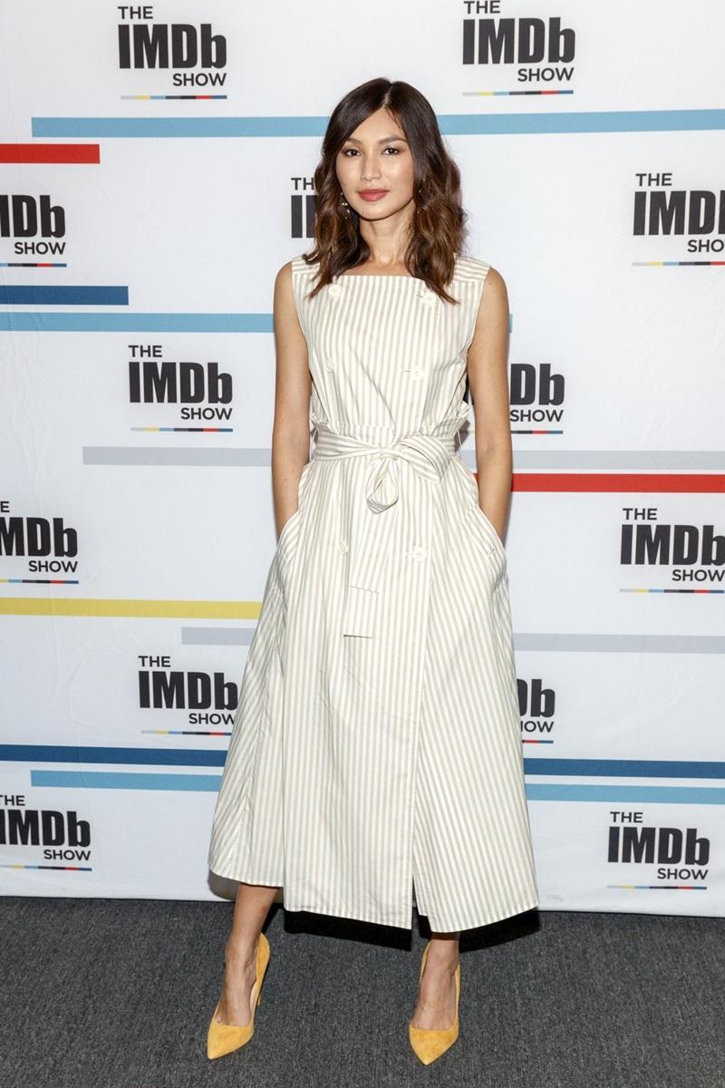 Tham dự với tư cách khách mời của IMDb Show 2018, Gemma xuất hiện với một bộ váy tông màu trung tính có những đường kẻ sọc chìm, được nhấn nhá bởi chiếc nơ thắt lưng xinh xắn và gây ấn tượng bởi các đường cắt tinh tế.