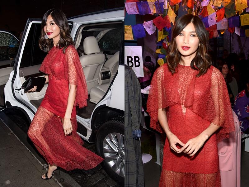 Thiết kế váy ren đỏ quyến rũ của Prabal Gurung được nữ diễn viên diện khi tham dự show diễn ra mắt BST Xuân Hè 2019 của nhà mốt này tại Tuần lễ Thời trang New York vừa qua.