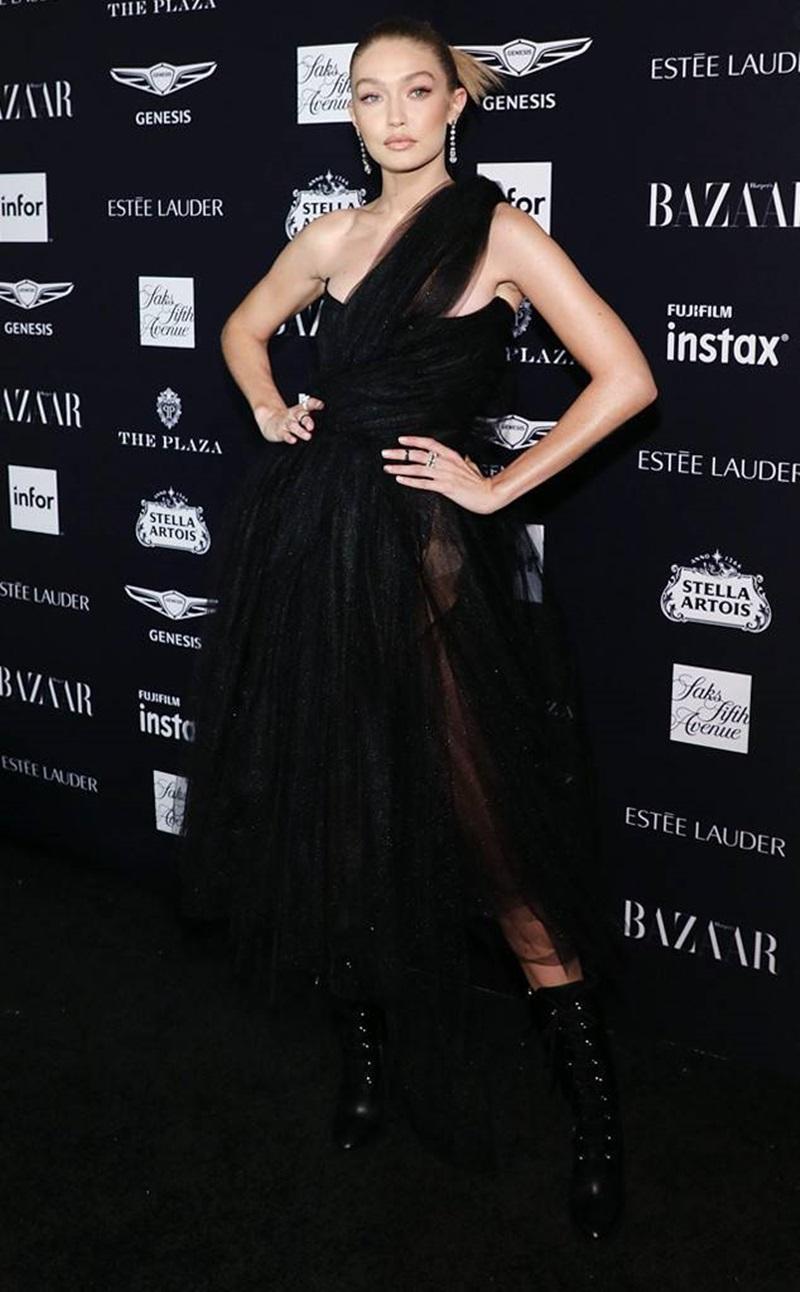 Trong một sự kiện mở màn cho NYFW, Gigi Hadid đã xuất hiện trên thảm đỏ với một bộ váy đen quyến rũ đến từ nhà mốt Vivienne Westwood , cùng bộ trang sức kim cương đến từ Mindi Mond.