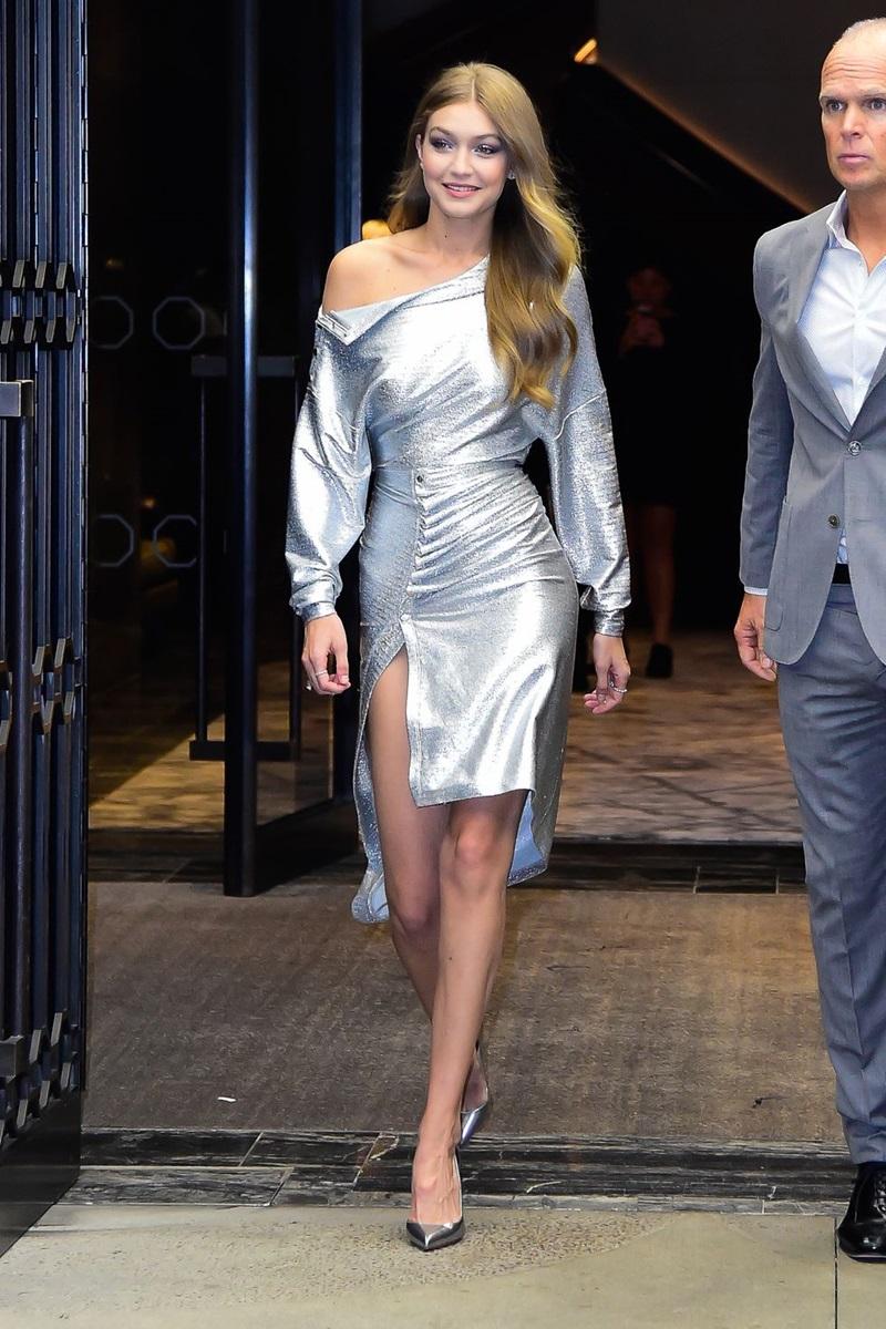 Chị cả nhà Hadid lộng lẫy với thiết kế ánh kim trễ vai đến từ nhà mốt Paco Rabanne.