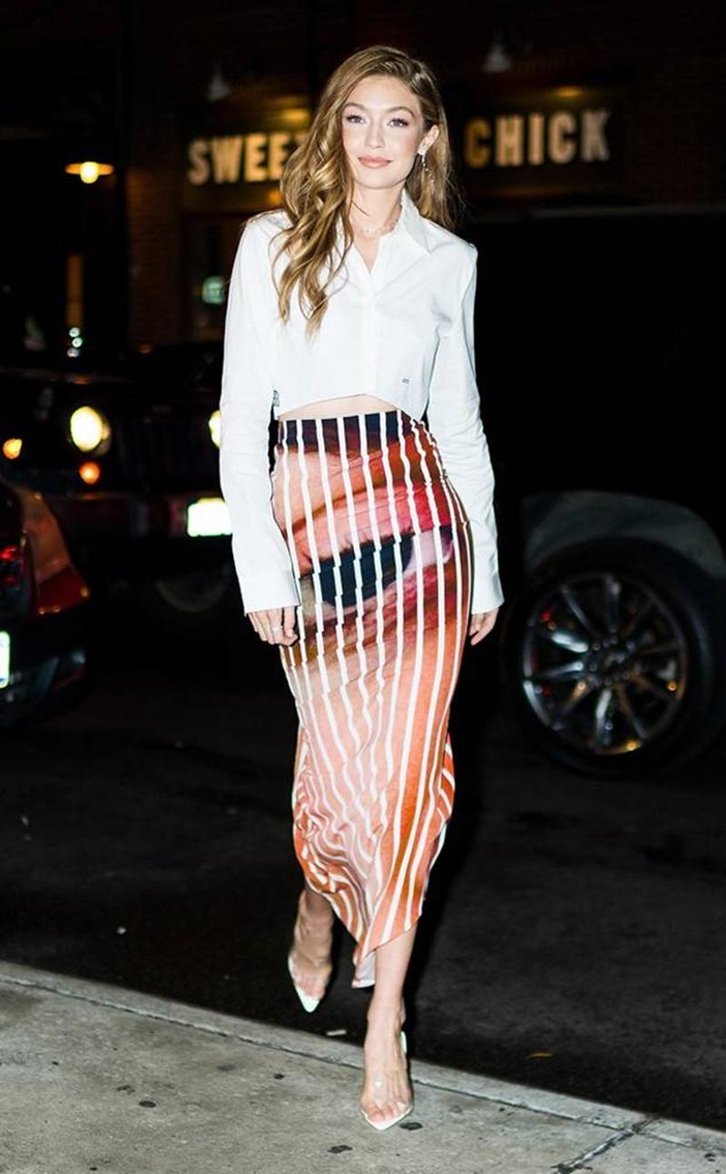 Gigi còn gây ấn tượng bởi mẫu chân váy bút chì với hình ảnh in vô cùng sống động, kết hợp các đường kẻ sọc chạy dọc theo chiều dài cơ thể hết sức tôn dáng.