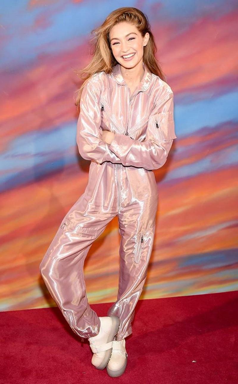 Thiết kế jumpsuit hồng pastel ánh kimvừa đáng yêu vừa cá tính, năng động.