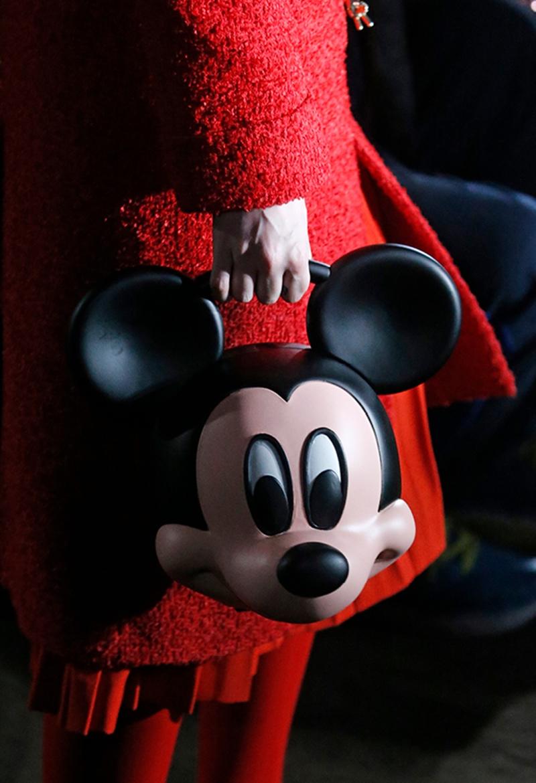 Chiếc túi xách hình đầu chuột Mickey đã trở thành tâm điểm của mọi câu chuyện sau khi xuất hiện trong show Xuân Hè 2018 của Gucci.