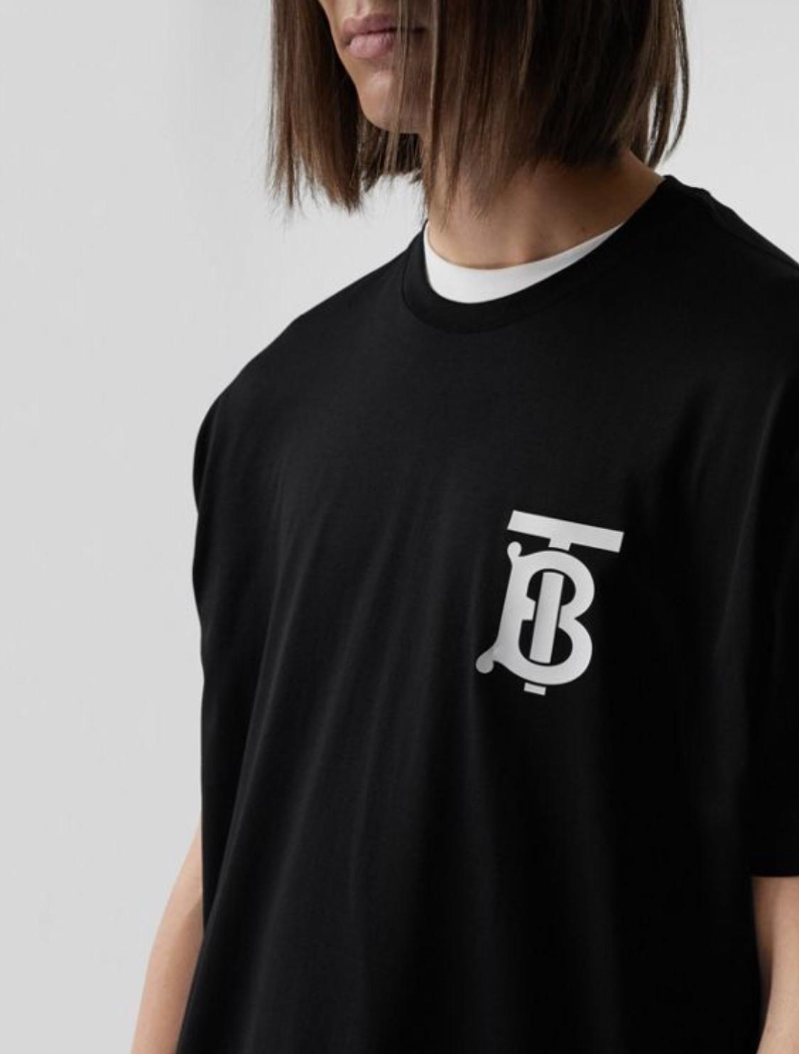 Chiếc áo thun màu đen mang logo mới của Burberry.