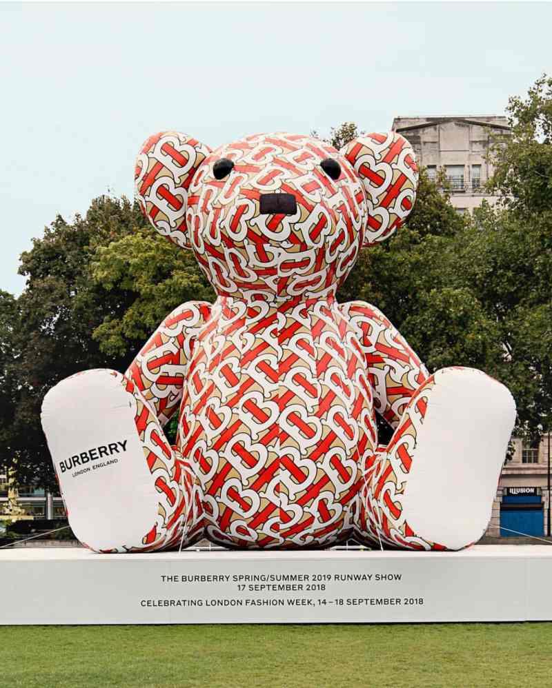 Hình ảnh chú gấu mang logo mới và hoạt tiết mới toanh của Burberry báo hiệu cho show diễn Xuân Hè 2019 vào ngày 17/09 sắp tới đây.