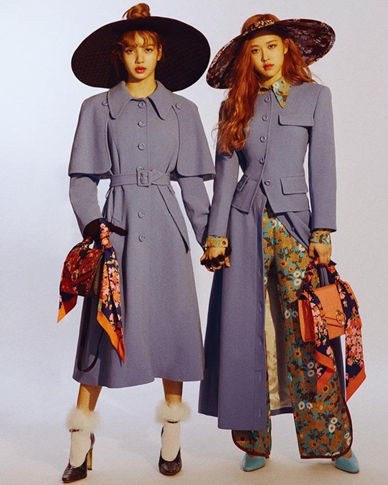 Thành viên của nhóm nhạc nữ đình đám Blackpink - Lisa (trái) trong bộ ảnh thời trang với áo trench coat tông màu tím nhạt phối cùng mũ rộng vành và boots cổ lông vô cùng sành điệu.