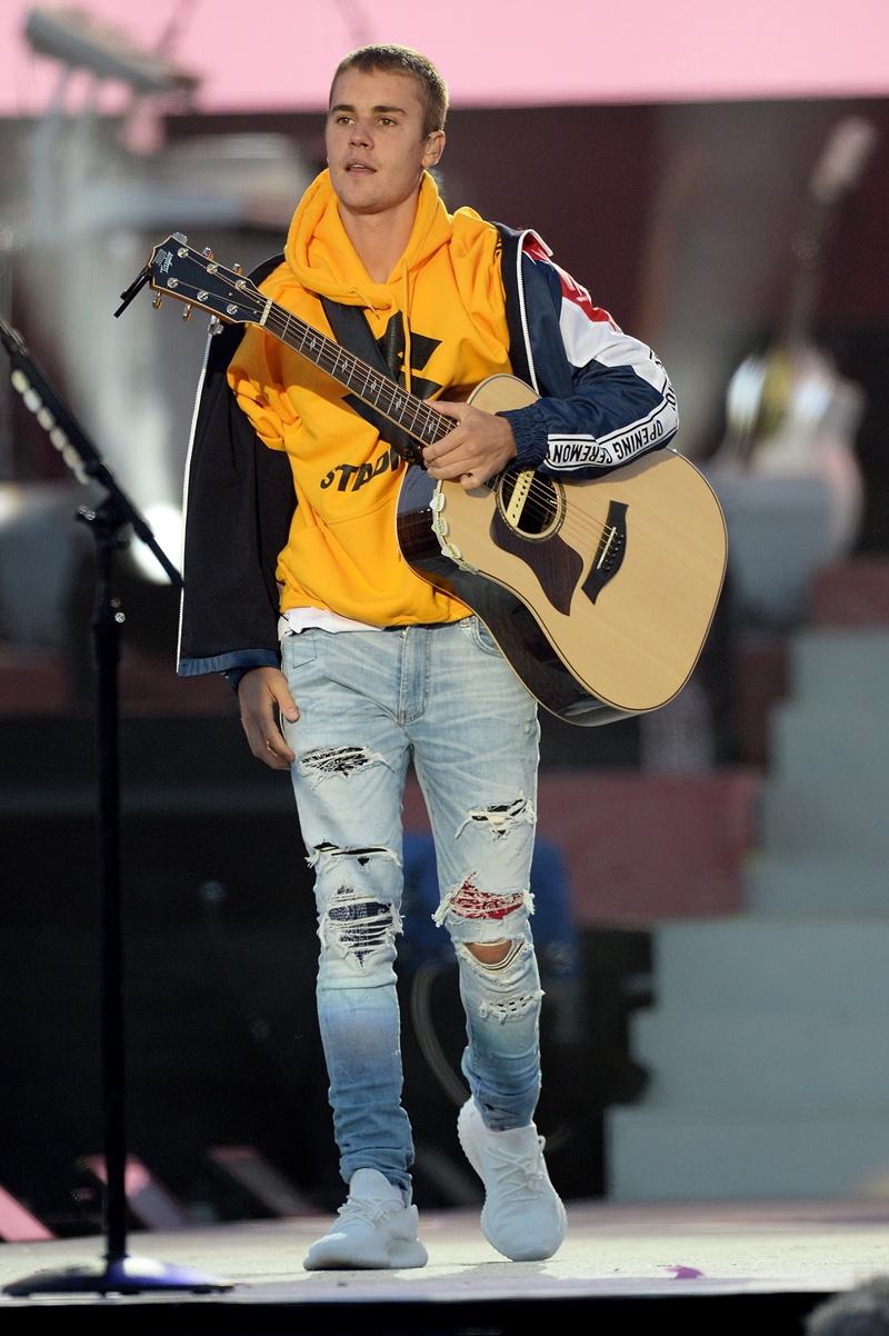 Justin Bieber trong buổi biểu diễn tại Manchester, với bộ trang phục đánh dấu cho thời kì đầu chuyển sang phong cách mới.