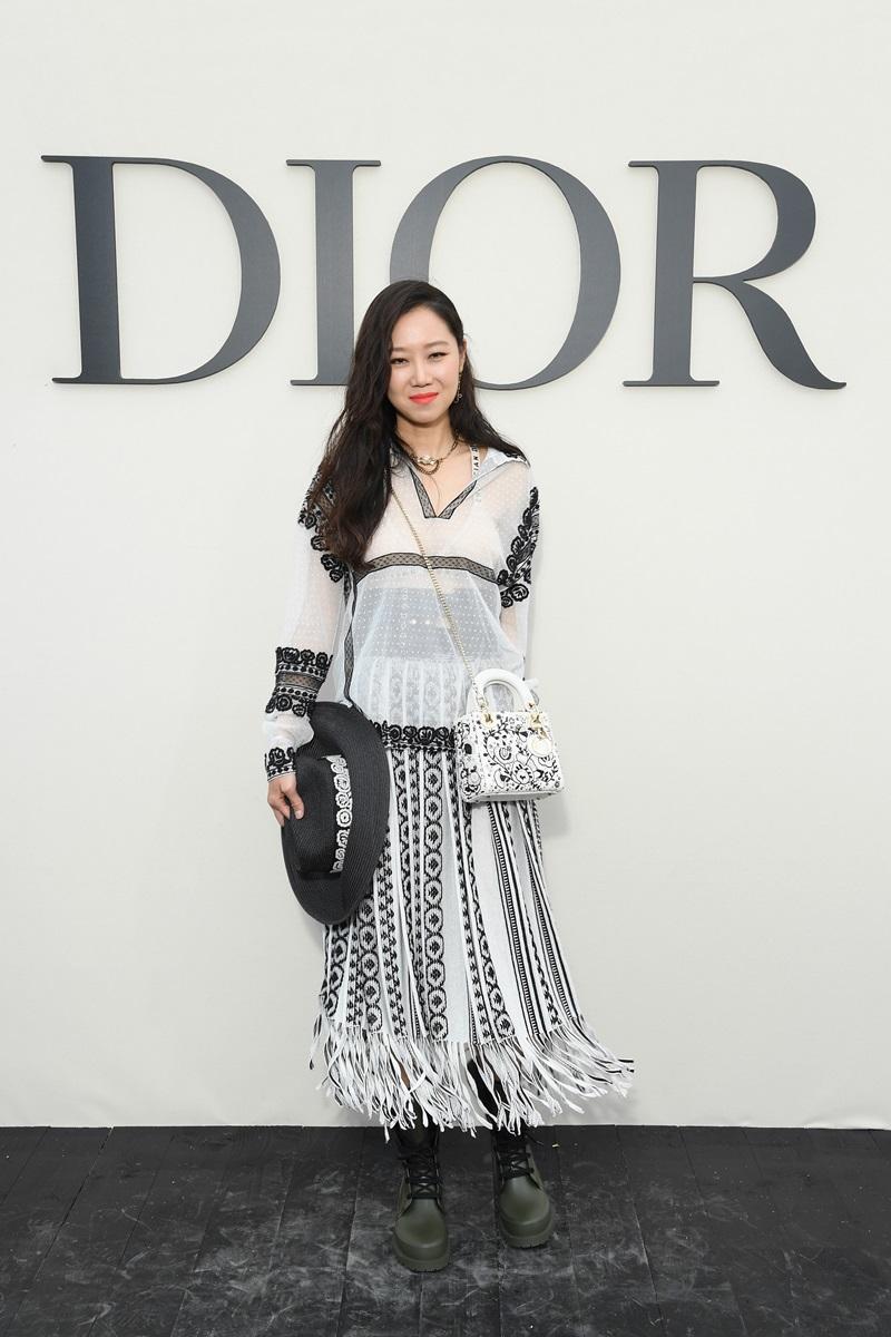 Gong Hyo Jin xuất hiện với vẻ ngoài phóng khoáng hơn với set đồ trắng - đen của Dior. Cô còn khéo léo mix thêm phụ kiện nón rộng vành và túi xách đeo chéo theo đúng tinh thần Xuân Hè của BST lần này.