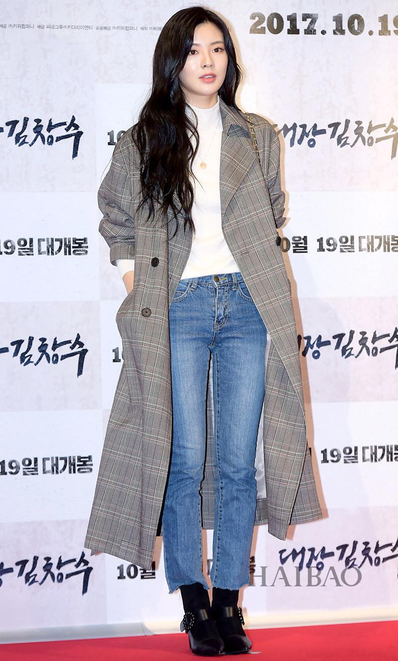Trên thảm đỏ, thiết kế cũng được Lee Sun Bin tích cực lăng xê. Với phong cách casual tối giản với áo thun, quần jeans và boots, Lee Sun Bin vẫn toát lên vẻ sang trọng khi khoác thêm chiếc áo trench coat kẻ caro tông màu xám.