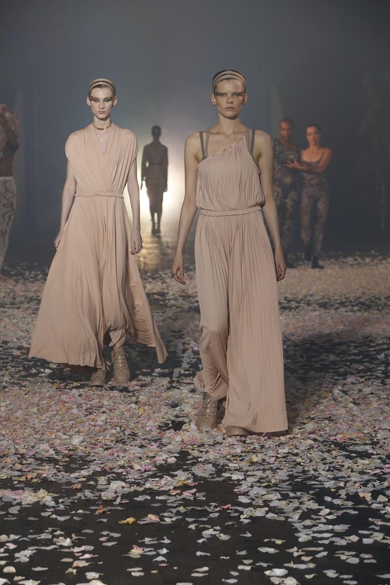 Kiểu váy bèo nhún, xếp pli cũng là những thiết kế nổi bật, mang hơi thở Xuân Hè trong BST kỳ này.