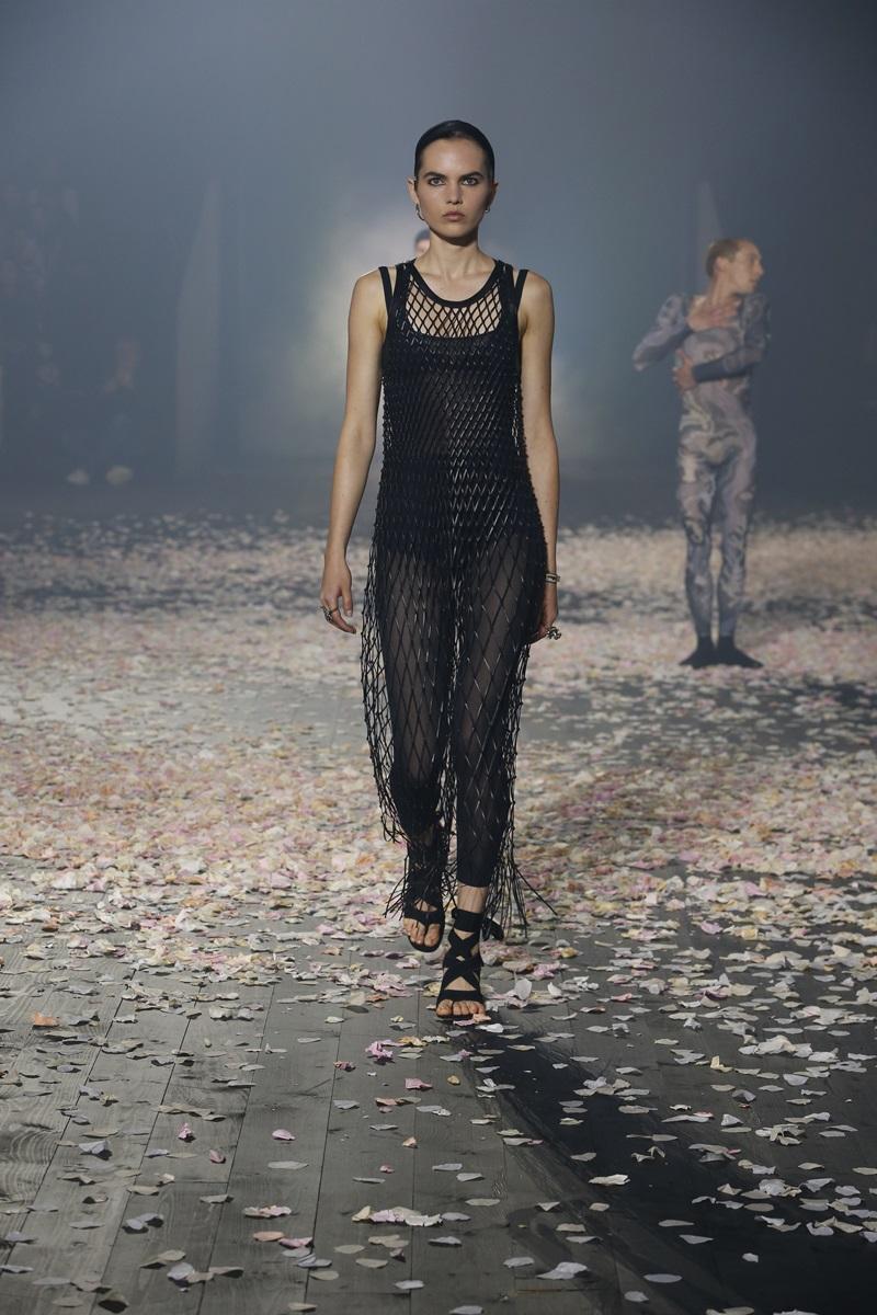 Bên cạnh các thiết kế kín đáo, thanh lịch là những mẫu trang phục có đường cut-out ở tay, ngực làm nên thương hiệu riêng của Dior.