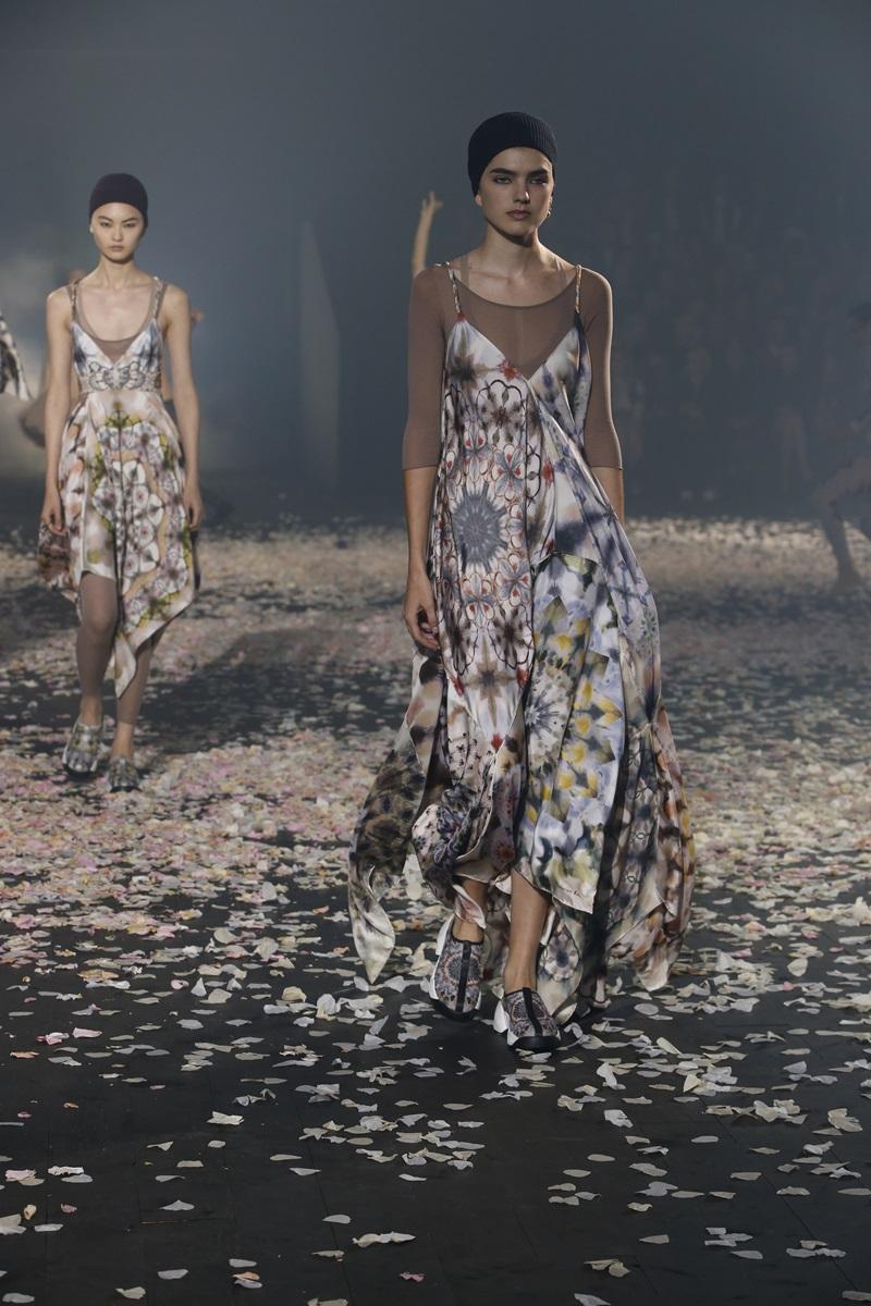 Mẫu váy hoa hai dây có chân váy rủ tạo sự uyển chuyển cho từng bước đi.