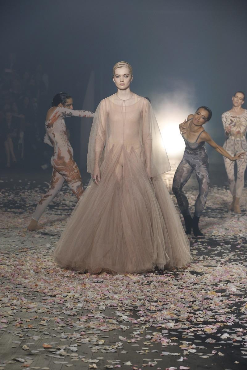 Show diễn ra mắt BST Xuân Hè 2019 của Dior tràn ngập những tông màu trung tính như nude, đen, cùng họa tiết in hoa đủ màu sắc với gam pastel dịu dàng.