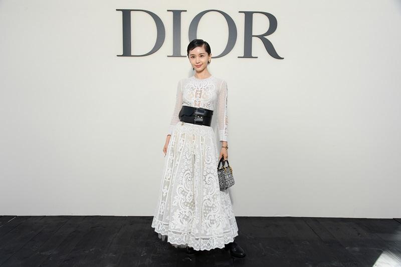 Cũng diện một thiết kế trong BST Cruise 2019 của Dior, diễn viên Vương Tử Văn lại chọn tông màu trắng với chất liệu ren, cùng phụ kiện là chiếc túi Lady Bag trắng đen rất ton-sur-ton.