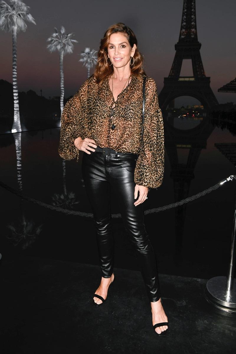 Siêu mẫu Cindy Crawford khoe vóc dáng thon gọn trong thiết kế xuyên thấu, họa tiết da thú và quần legging da bóng bẩy.