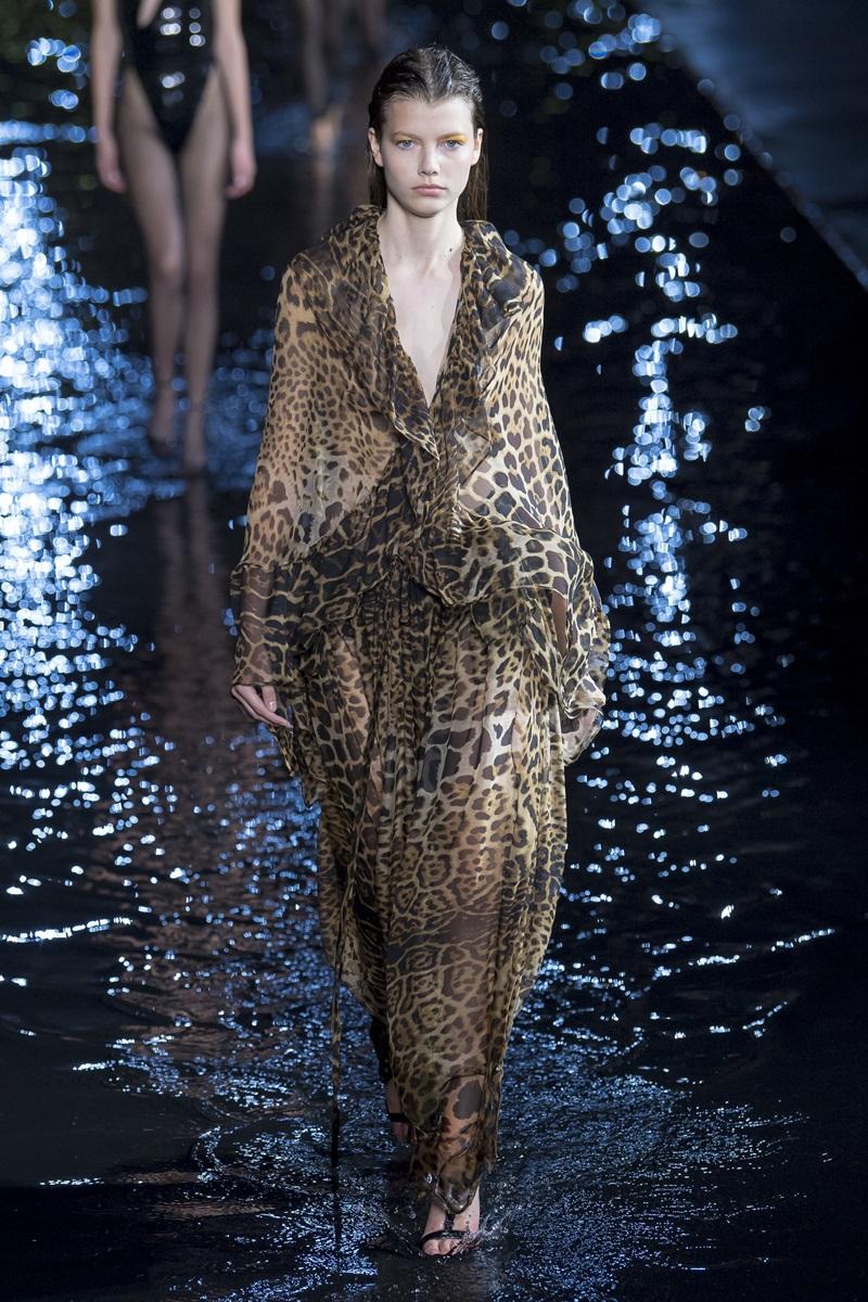 Mốt trang phục họa tiết da thú đang được hồi sinh trở lại trong thời gian gần đây, cùng chất liệu ánh kim cũng là điểm nhấn trong BST Xuân Hè 2019 của Saint Laurent .
