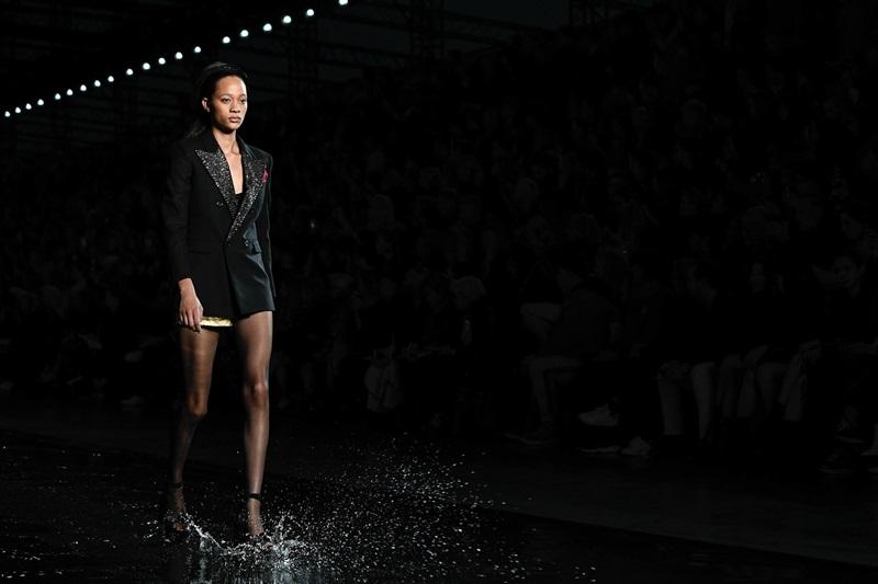 Các bộ trang phục với đường cắt dứt khoát thêm phần cá tính nhờ hiệu ứng bắn nước từ những sải bước catwalk.
